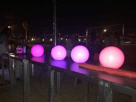 Iluminación en terraza de un bar